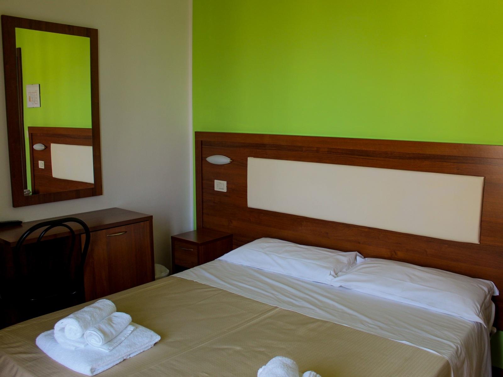 Base-Hotel-Helios-camera-da-est